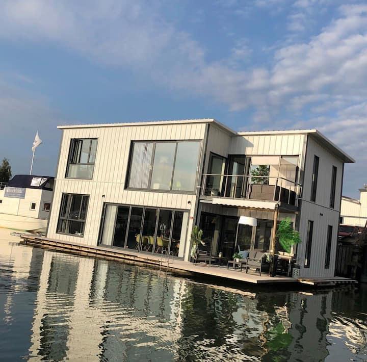 Unikt designad husbåt/ flytande hus