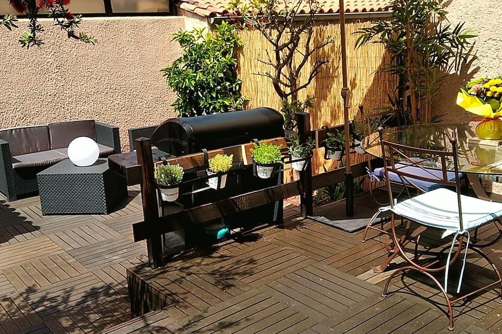 Salon de jardin, barbecue plancha au gaz