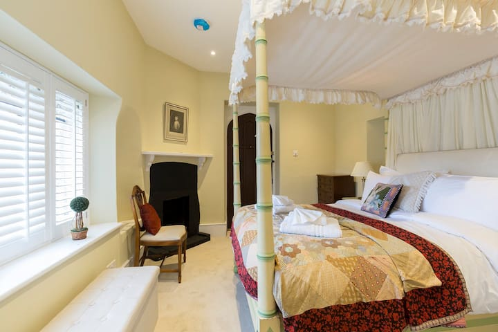 The ground floor ensuite double with four poster bed