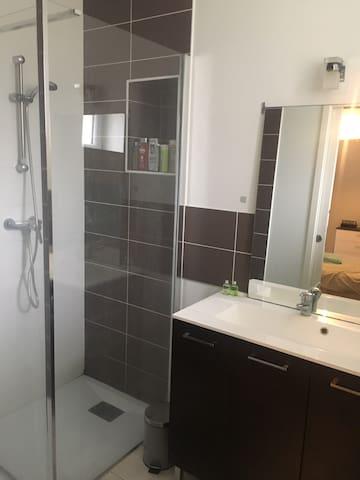 Proche Parc expo Rennes chambre avec salle de bain