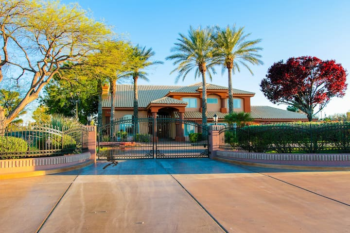 Luxury Resort On 2 Acres, 5 Minutes From The Strip - Las Vegas - Villa