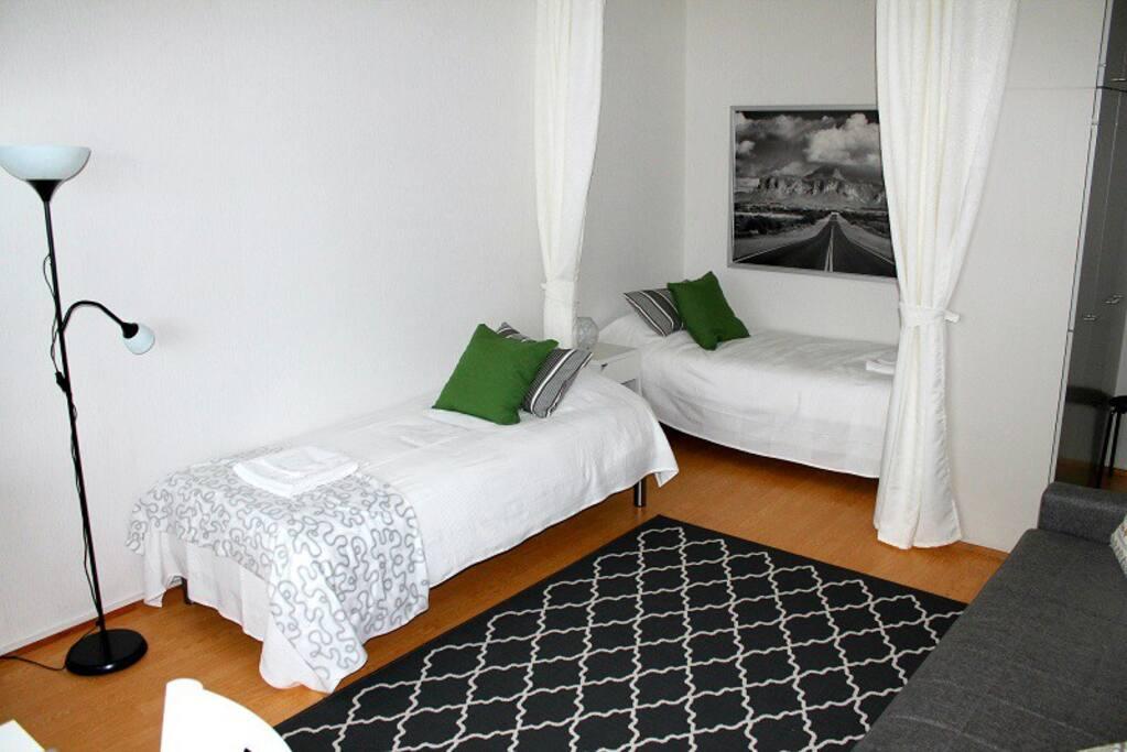 Asunnossa sängyt kahdelle aikuiselle. Liinavaatteet sisältyvät hintaan. Comfortable beds for two adults. Bed linen included.