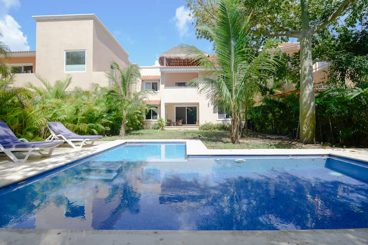 ♥Home from Home, Quiet Garden, Relaxing Pool, steps to the Beach♥