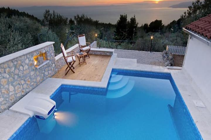 Lovely villa with fantastic panoramic view, private swimming pool, high privacy