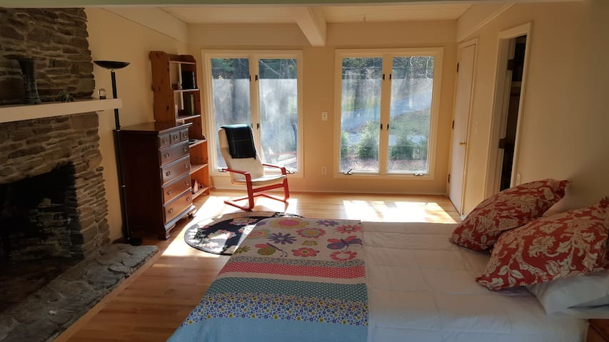 Large sunny private room near Dartmouth and DHMC - Hanover - Casa