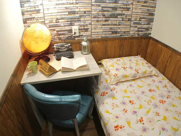Basic Single Room +Shared Bathroom