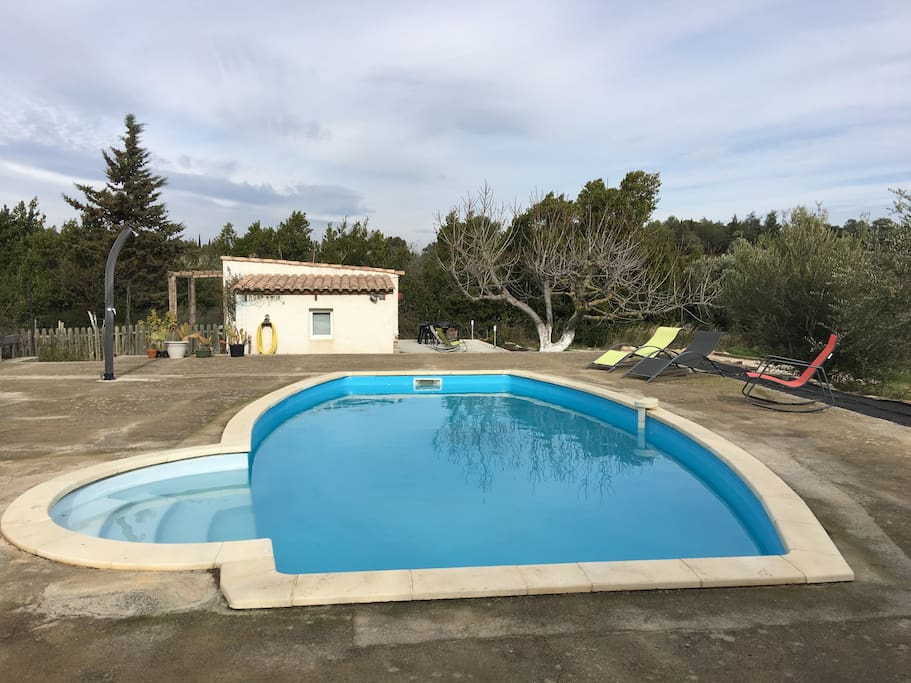 La piscine à disposition juste à coté du Gîte