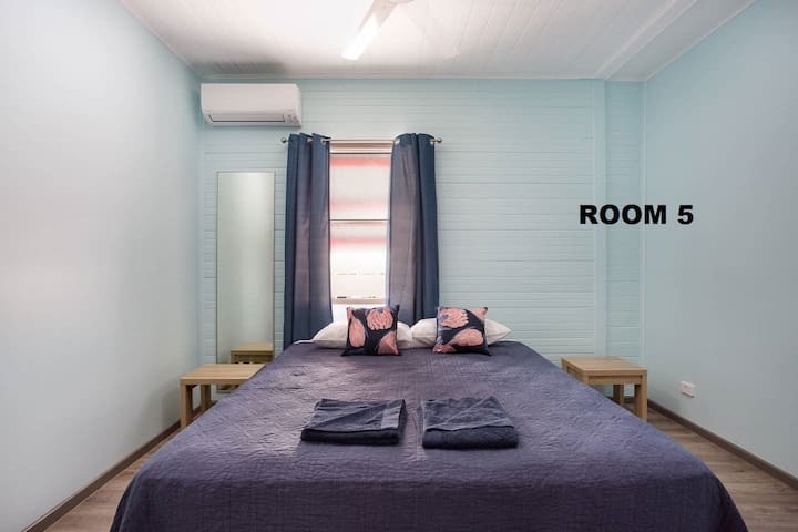 Cairns Central Rm 5 - Aircon, Netflix & King Bed !