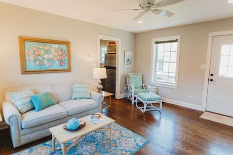 Cheery Downtown Three Oaks Cottage.  Dog-Friendly!