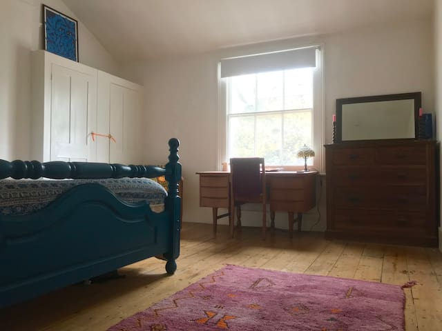 Huge, bright double room in stylish Georgian home