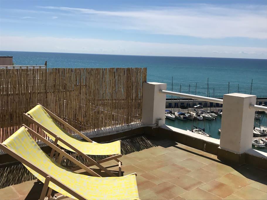 En el terrado puedes disfrutar de un solárium, dos tumbonas y una ducha que te permite disfrutar de la tranquilidad de esta población