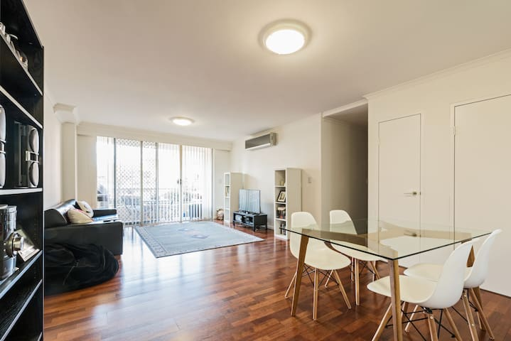 Spacious Room With Private Bathroom Close to CBD - Rosebery - Apartment