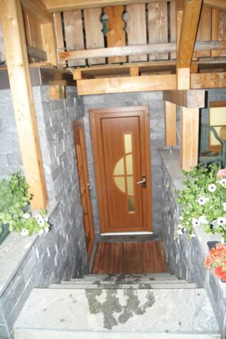 Eingang (Treppen hinunter links) - Abstellraum/Skiraum gerade aus