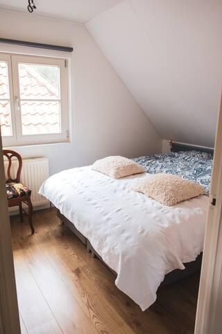 Slaapkamer met ruime kastenwand.