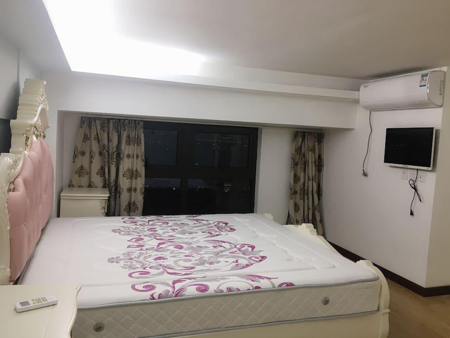 每个卧室配有衣柜,空调,电视