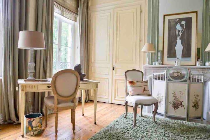 Chambre 2 la suite du Château avec salle de bain privative le tout d'une surface d'environ 50m2 Lit double 200x200 Grands rangements, penderie TV + Wifi