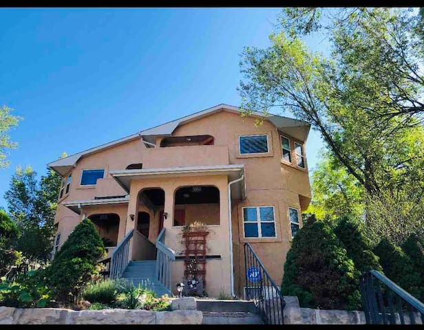 Comfy home for 10 in the Heart of CO attractions!