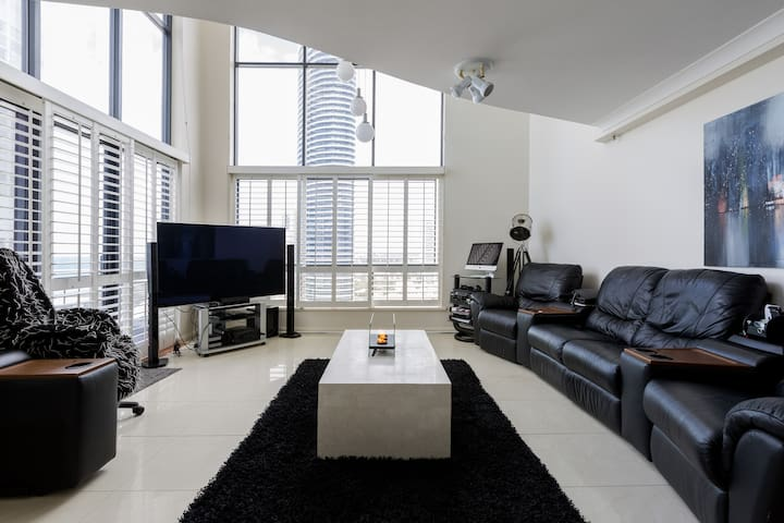 3 Story Penthouse - Spectacular 180% Ocean Views - Broadbeach - Byt