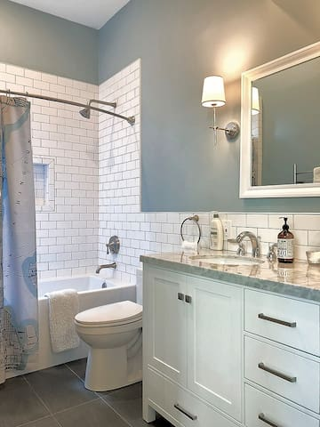 Capitol Hill Garden Cottage *car rental available*