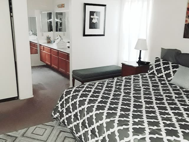 Spacious Bedroom Suite/Private Bathroom:Near Strip