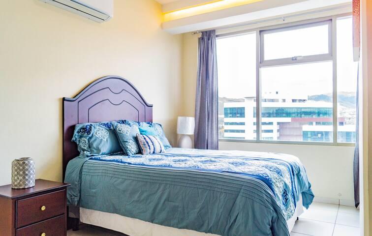 Habitación principal totalmente equipada, con aire acondicionado, y una cómoda cama queen.   Fully equipped master bedroom, with air conditioning, and a comfortable queen bed.