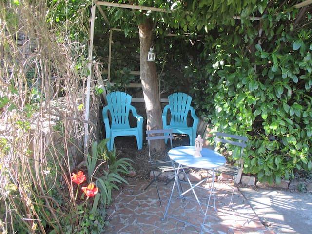 Table, chaises et 2 fauteuils d'extérieur pour se relaxer...