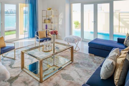 Exclusive sea view 5 BR Villa -Private Beach- Palm - ดูไบ