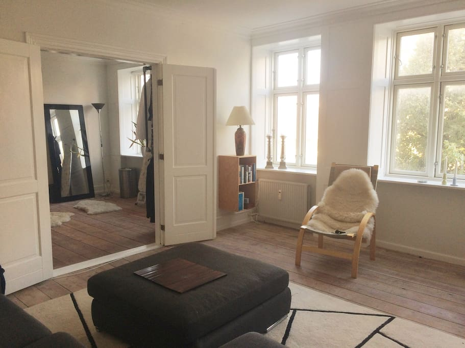 Bright living room with access to the spacious bedroom with a king size bed