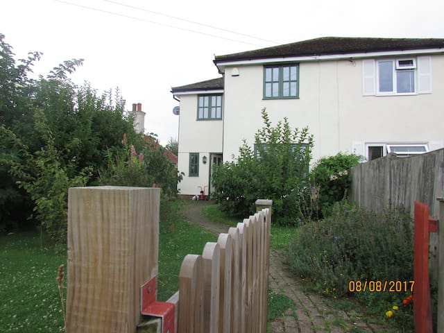 4 bedroomed house just 5 minutes walk from the sea
