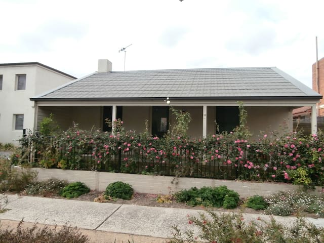 Charming Cottage - Queanbeyan East - Hus