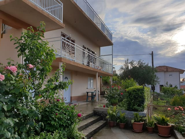 Cozy apartment with a large garden in Trogir