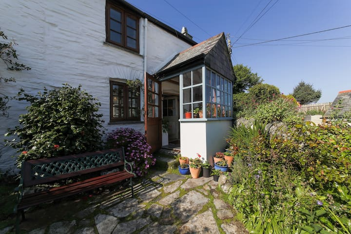 Kooky, cosy cottage close to the coastal path