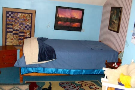 Quiet upstairs room with comfortable bed. - Fort Langley
