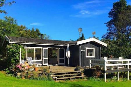 Hyggeligt sommerhus tæt ved børnevenlig strand - Vejby - Naturstuga