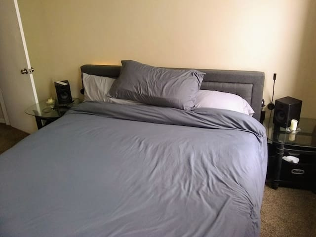 King-sized Bed (AC incl.) in Heart of Bloomfield
