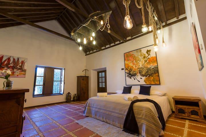 Habitación superior cama extragrande & desayuno.