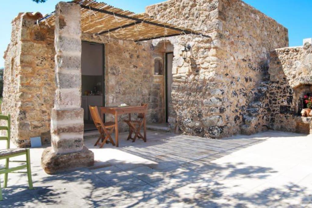 Spazio esterno, la porta sulla destra è della camera da letto, quella sulla sinistra della cucina
