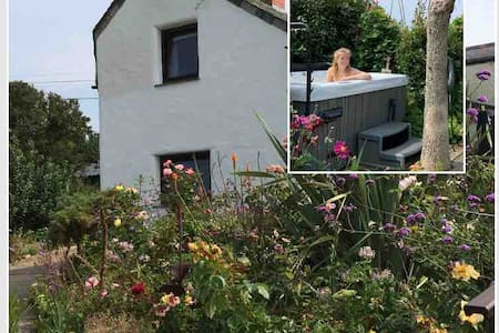 Cottage with hot tub, garden and walk to beach