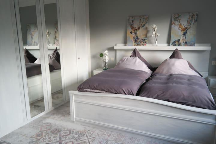 Das Schlafzimmer mit geräumigem Schrank im Obergeschoß