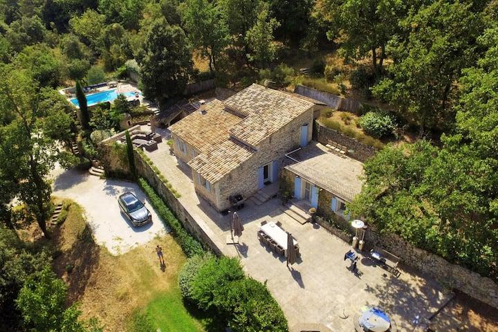 Stenen villa in de Provence met uitzicht op het platteland