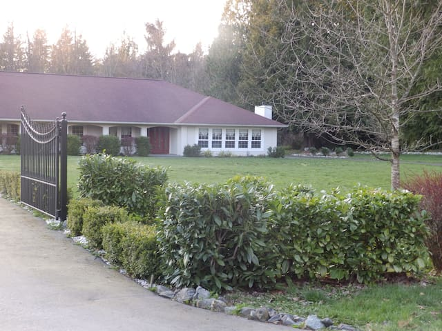 Attached Cottage at Cedars Inn - Arlington - Bed & Breakfast