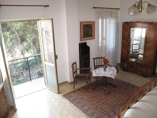 La camera da letto con ampio balcone panoramico