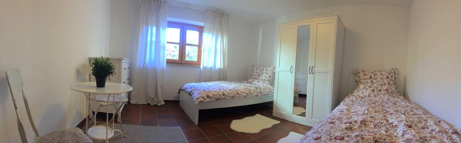 Schlafzimmer 2: Jedes Zimmer verfügt über zwei Betten, einen Kleiderschrank und eine Sitzgelegenheit z. B. zum Arbeiten sowie einen eigenen Fernseher.
