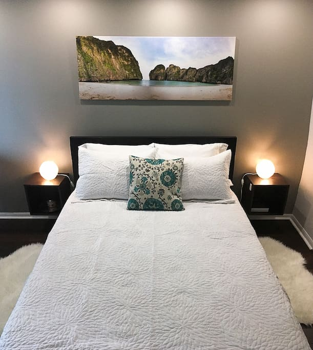 Main bedroom with a queen size bed