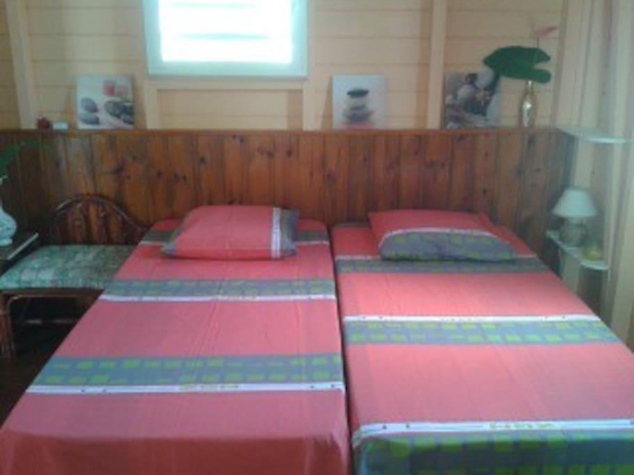 La  Chambre est très ventilée...et  aussi Climatisé...!!! Lit jumeaux...