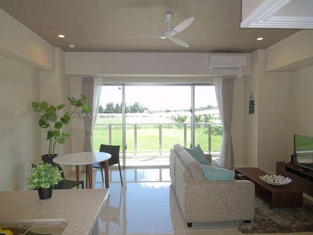 景色が写り込むほど輝きのあるホワイトタイル 天井も高いので開放的。ファンもついてリゾート仕様。