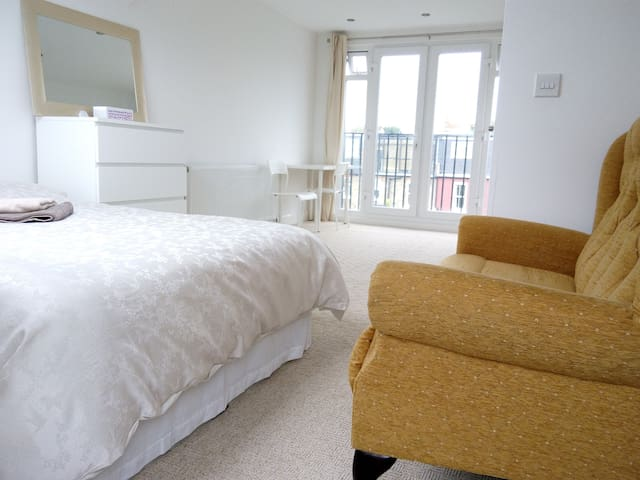 Studio Size Room ensuite.London,Relax Ck-in  - London - House
