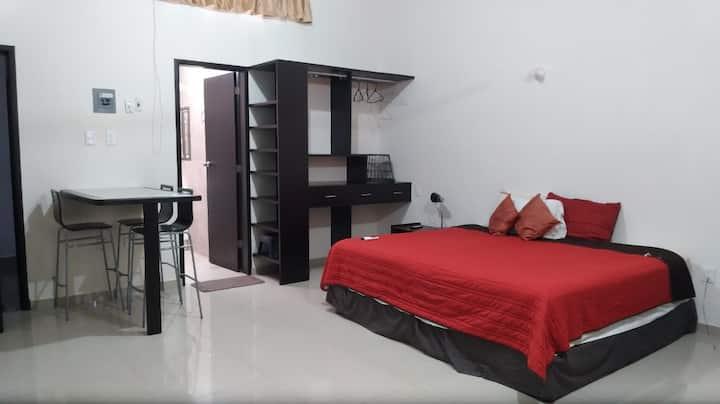 Amplia y moderna habitación equipada y con balcón