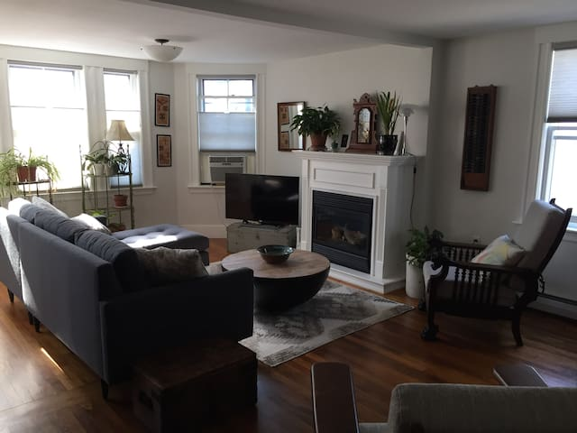 Sunny & Airy 3 Bedroom - Walk to River & Downtown