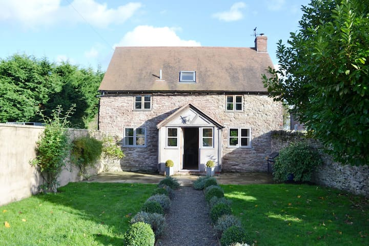 Beautiful conversion of a 17th century detached barn. Pet-friendly - Leominster - House